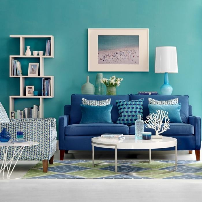 pisos modernos sofa de doble asiento de color azul marino con cojines de diferentes colores en el