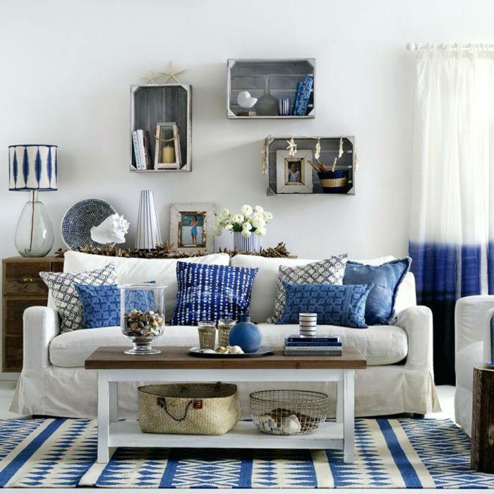 pisos modernos, sofá de triple asiento con cojines de diferentes colores, cajas en la pared en gris