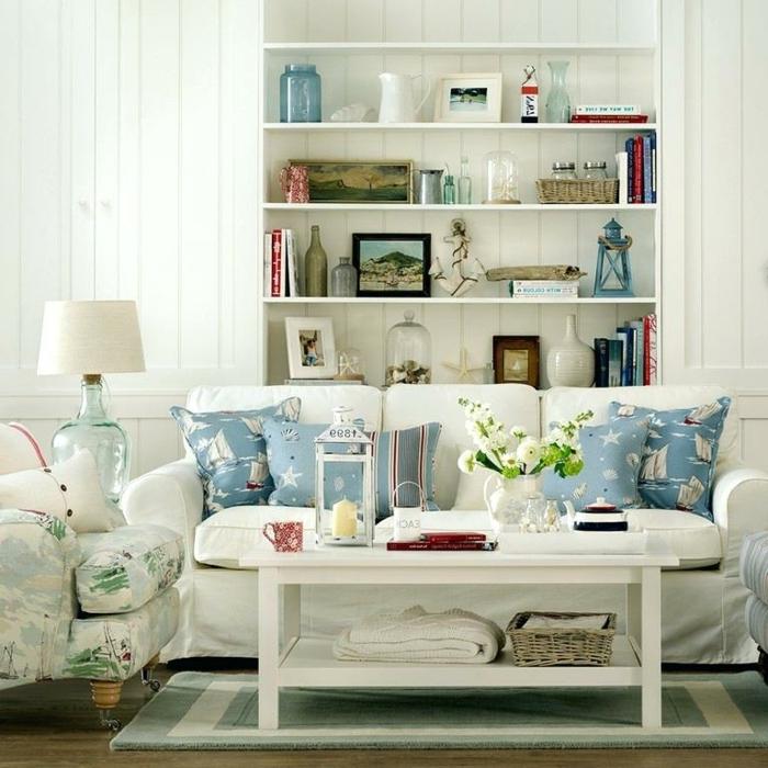 pisos modernos, sofa blanco de triple asiento con cojines de colores con barcos en azul celeste