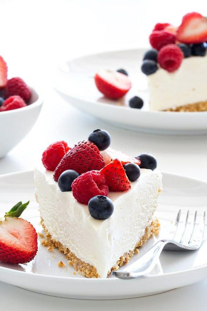 recetas de cheesecake clásico adornado de frutas rojas, tarta de queso con arandanos, foto de tarta de frutos rojo riquísima