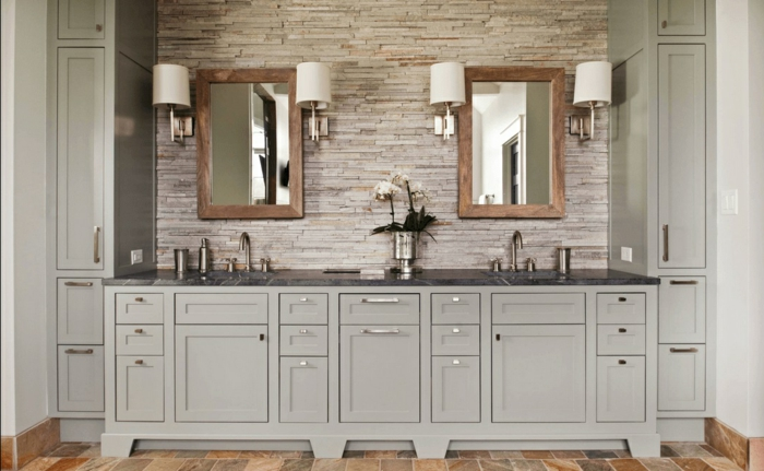 baño grande con suelo azulejos que imitan parquet, armarios en gris claro, dos espejos con marcos de madera