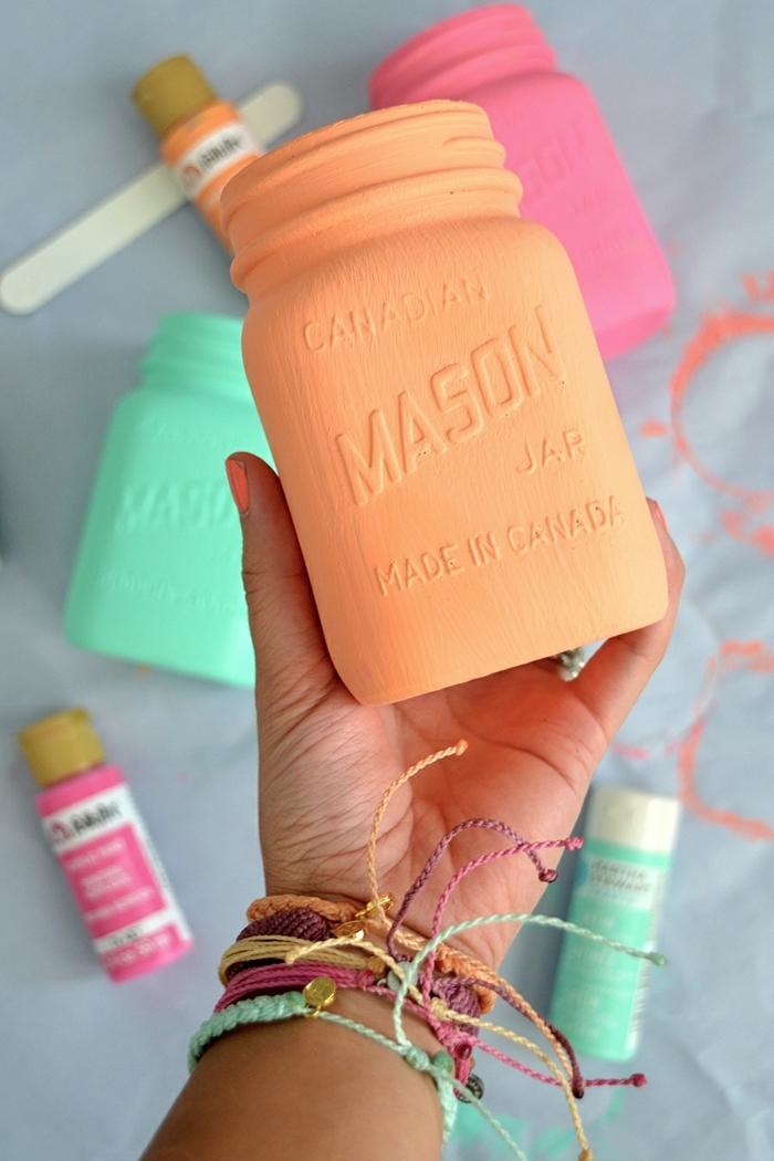 ideas de manualidades originales y coloridas para hacer en verano, jarrones DIY pintados en colores llamativos