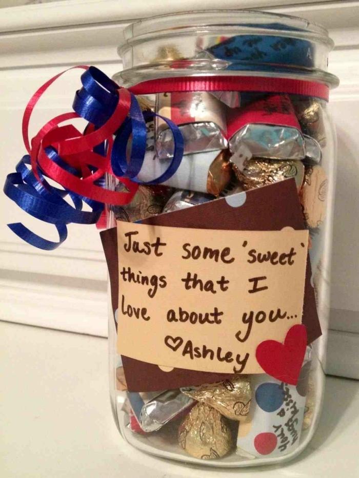 que le puedo regalar a mi mejor amiga, bote de vidrio con caramelos dentro decorados con cintas de colores