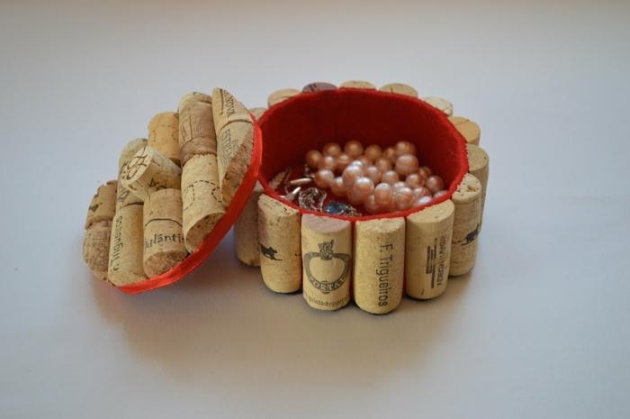 que le puedo regalar a mi mejor amiga, caja para joyerías hecha de tapas de corcho cortadas a la mitad