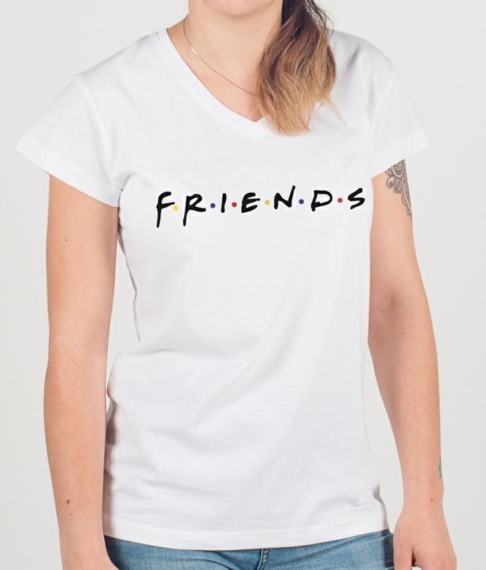 que regalar a una amiga por su cumpleaños, camiseta blanca con inscripción FRIENDS de la serie más famosa