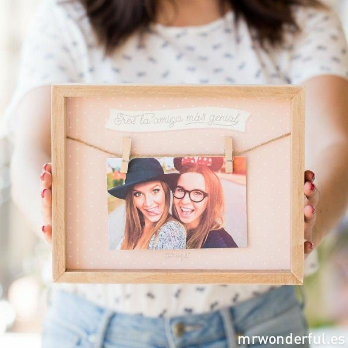 que regalar a una amiga por su cumpleaños, marco con cuerda y una foto de amigas colgada de unas pinzas de madera