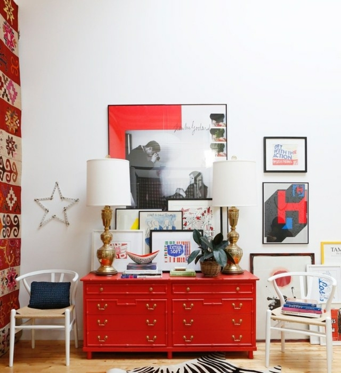 decoración de entradas original, espacio pequeño con muchos detalles decorativos, cofre rojo, muchos cuadros decorativos amontonados