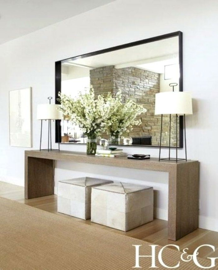 ideas sobre como decorar un recibidor segun las ultimas tendencias, grande espejo, mesa de madera, taburetes en beige