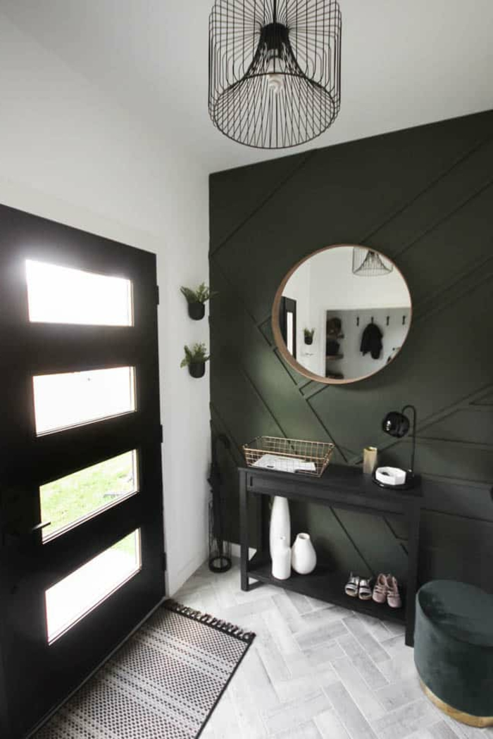 pequeños recibidores de casas con mucho encanto, pared de acento en verde oscuro, suelo de parquet
