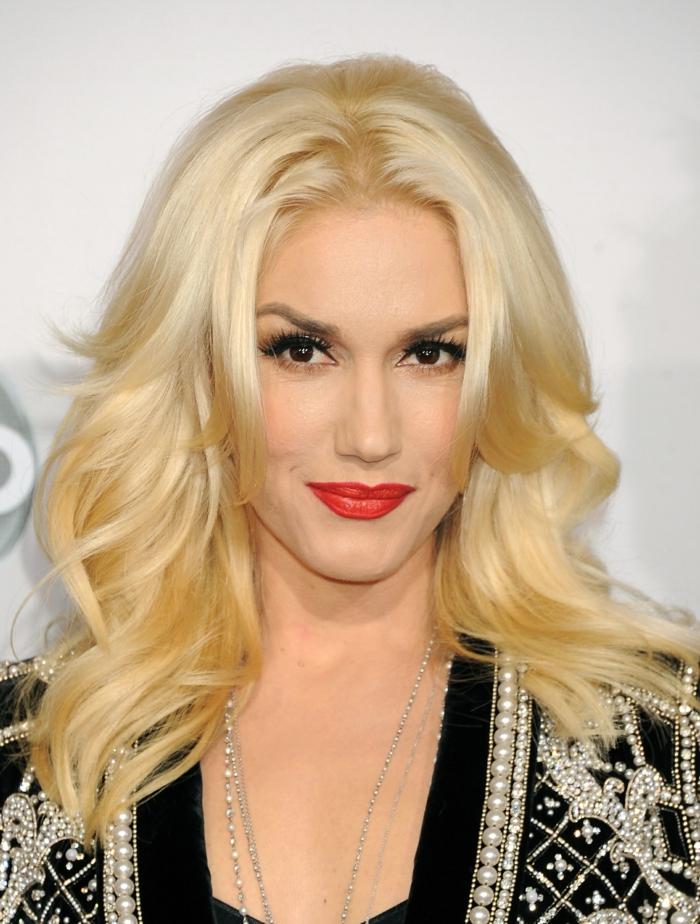 recogidos con ondas al agua, Gwen Stefani con melena larga rubia con ondulaciones, labial rojo