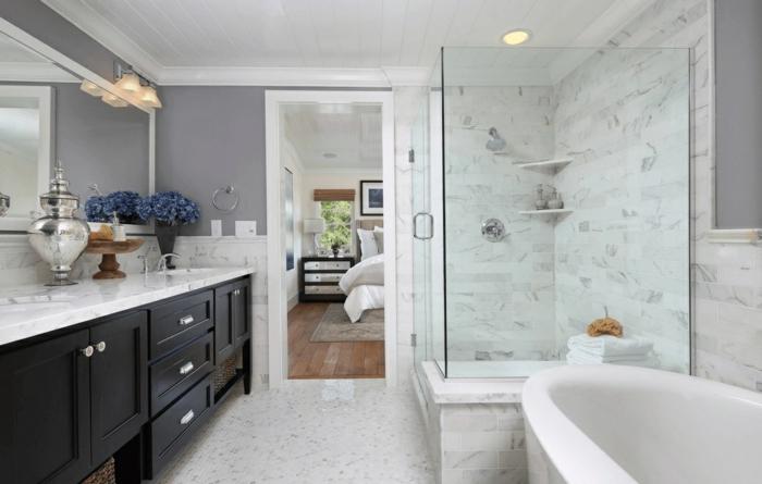baño grande con bañera y cabina de ducha, ideas de decoración de baños en gris y blanco
