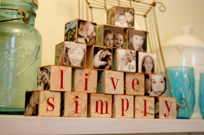 regalos caseros para amigas, cubos con fotos de familia y letras con mensaje, ordenadas en piramide