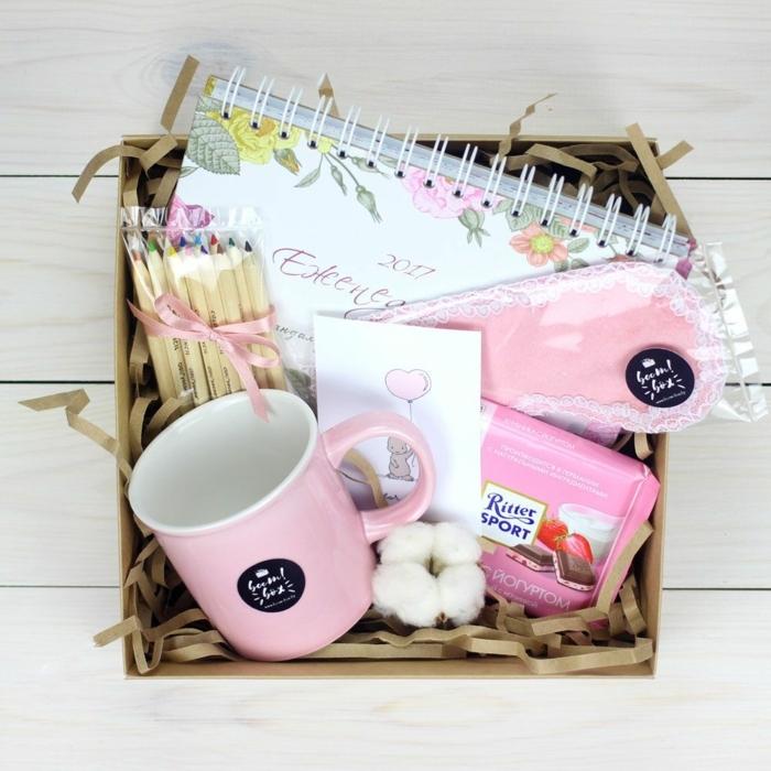 regalos originales para amigas, caja con diferentes cosas dentro, taza de té, cuaderno, lápices de colores