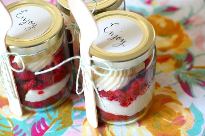 regalos originales para tu mejor amiga, botes con dulces hechos de mermelada, frambuesa y yogurt