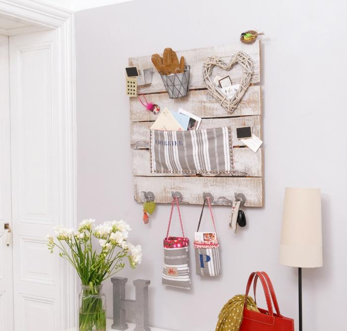 regalos originales para tu mejor amiga, tablero de madera con cosas para poner en él, bolsillo de tela, cubo