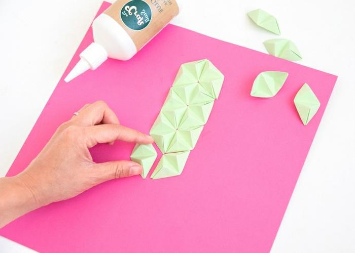 sorpresas de cumpleaños para amigas, finalizando la primera barra del cactus con origami de hojas verdes