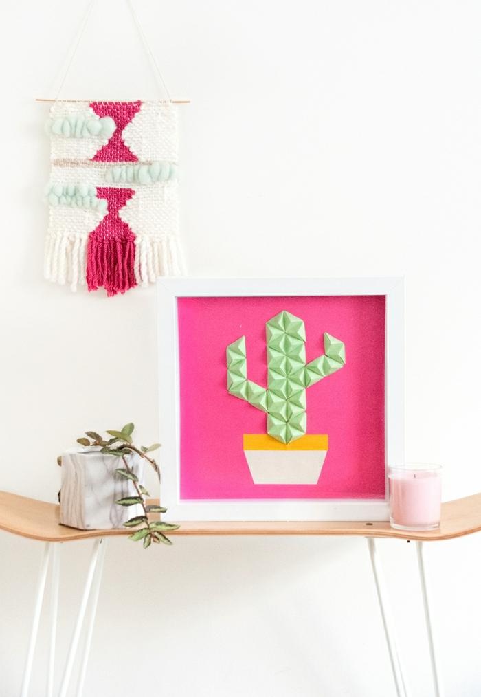 sorpresas de cumpleaños para amigas, marco blanco con cactus dentro con fondo rosa fucsia y origami