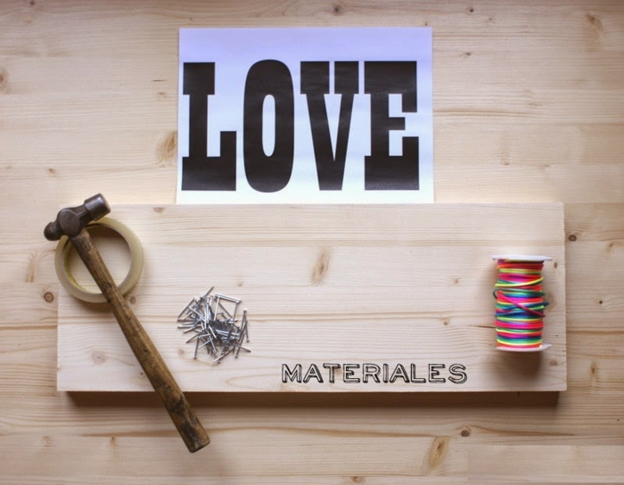sorpresas de cumpleaños para amigas, tablero de madera con decoración de clavos e hilos de colores