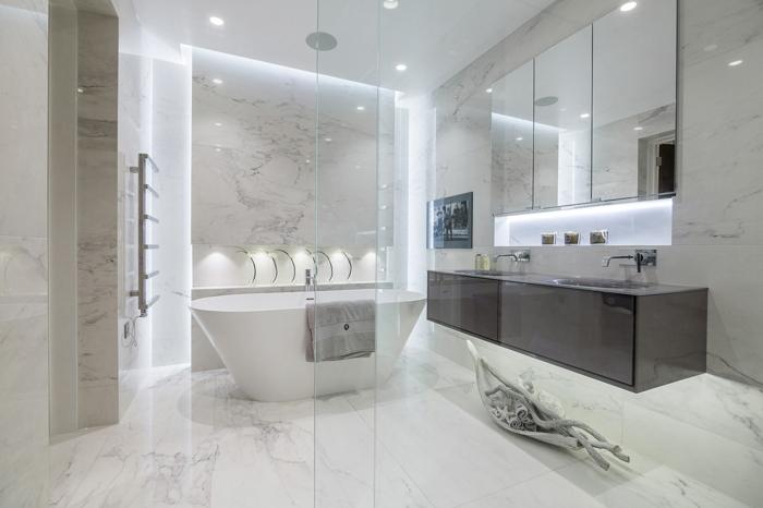 suelos ceramicos, azulejos de mármol de color blanco con detalles grises en el suelo y en las paredes
