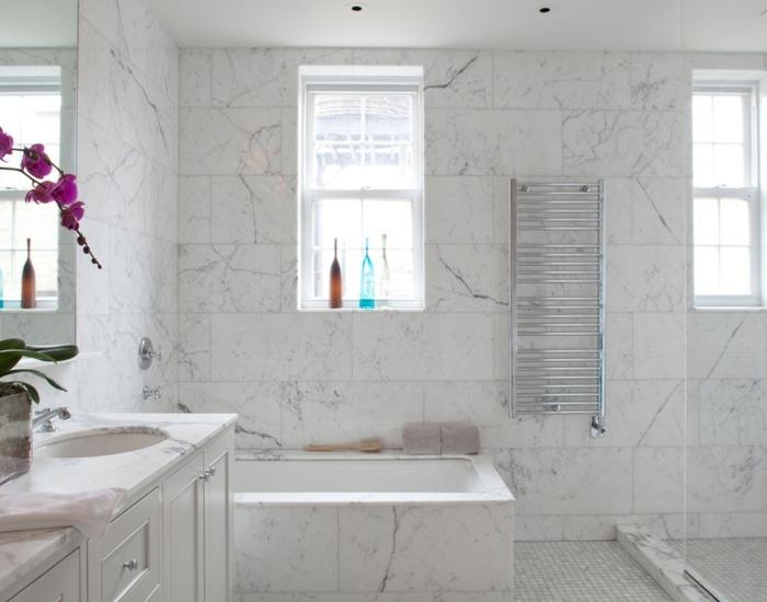 suelos ceramicos precios, baño de mármol blanco con detalles grises, orquidea rosa, ventana pequeña