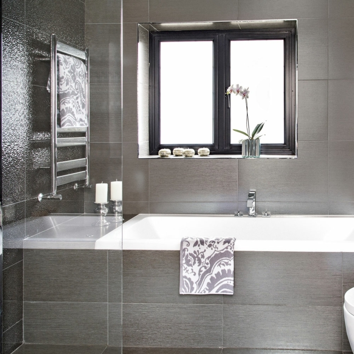 suelos ceramicos precios, bañera blanca con azulejos en color gris pegadas en ella , ventana cuadrada