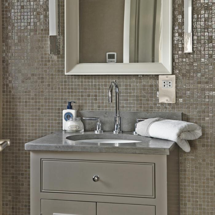 suelos ceramicos precios, azulejos de color marron de cuadros pequeños con espejo rectangular blanco