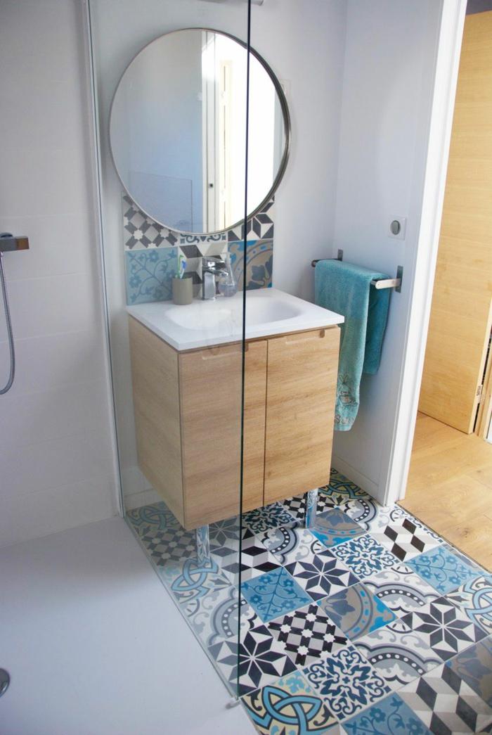 suelos ceramicos, baldosas de colores en azul claro, azul oscuro, gris y blanco con espejo redondo metálico