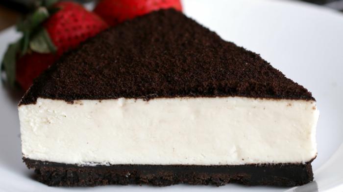 cheesecake de chocolate con crema mascarpone y fresas frescas, tarta de queso mascarpone