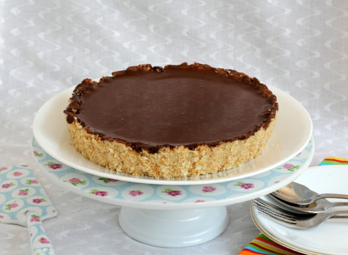 tarta de queso mascarpone con base de galletas y glaseado de chocolate, cheesecake de chocolate