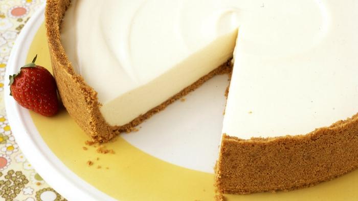 tarta de queso mascarpone sin hornear clásica adornada de fresas frescas, tartas caseras paso a paso