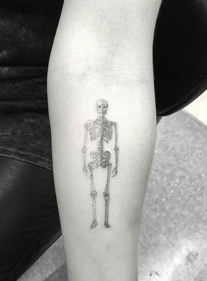 tatuaje de esqueleto en el antebrazo, ideas de tatuajes extravagantes y originales par a hombres y mujeres