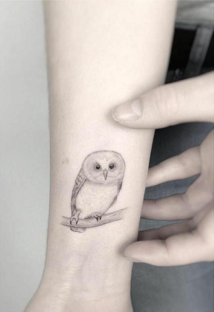 buho tatuado en el antebrazo, ideas de tatuajes con animales con fuerte simbolismo, simbolo de la sabiduría