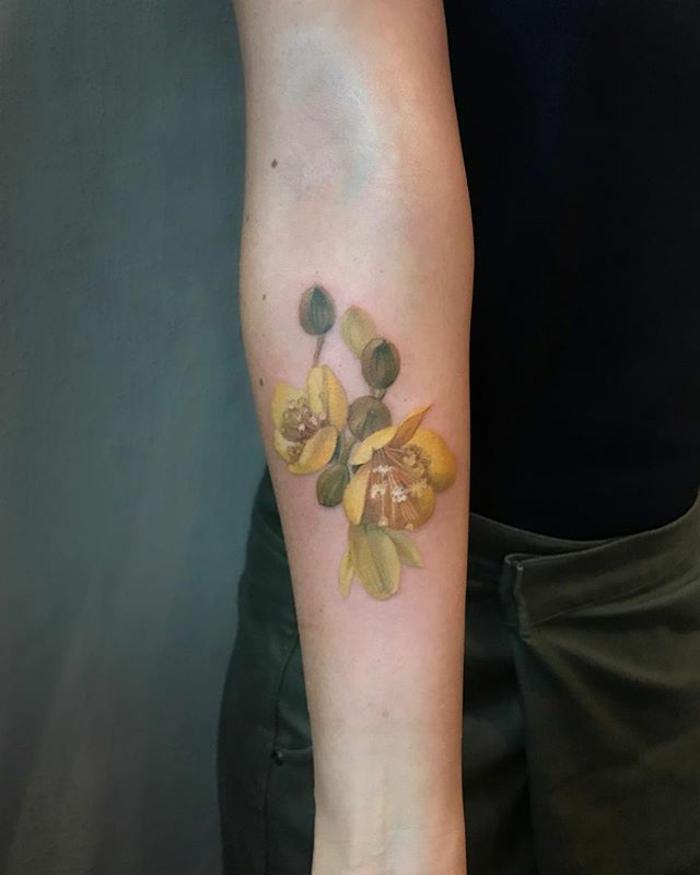 tatuajes antebrazo mujer con flores, bonito diseño de tatuajes en amarillo, galería de tatuajes en el antebrazo