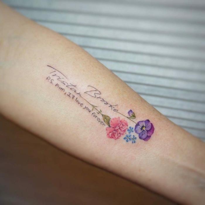 tatuajes inspiradoras con mensaje de amor, tattoo con letras y flores en el antebrazo, ideas originales