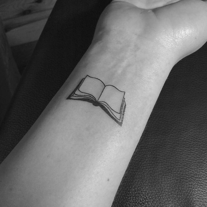 diseños de tatuajes antebrazo mujer minimalsitas, ideas para los amantes de la lectura