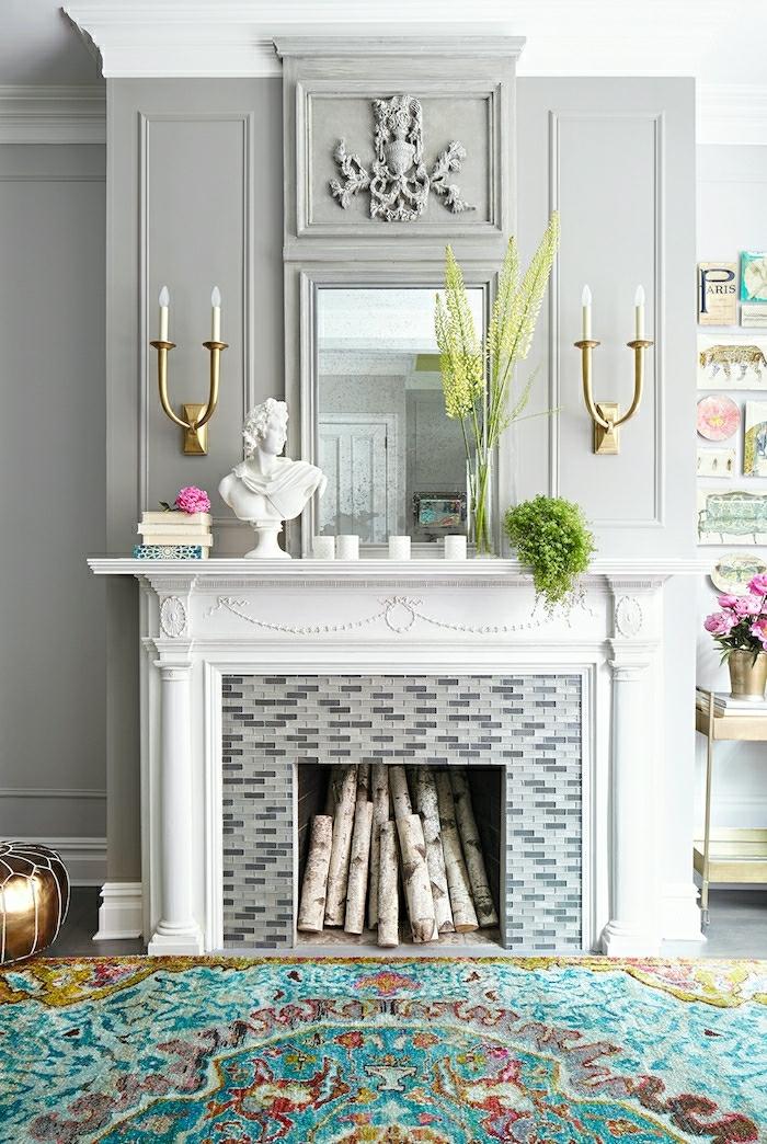 precioso salón decorado en estilo vintage, chimenea francesa falsa, candelabros vintge y alfombra ornamentada