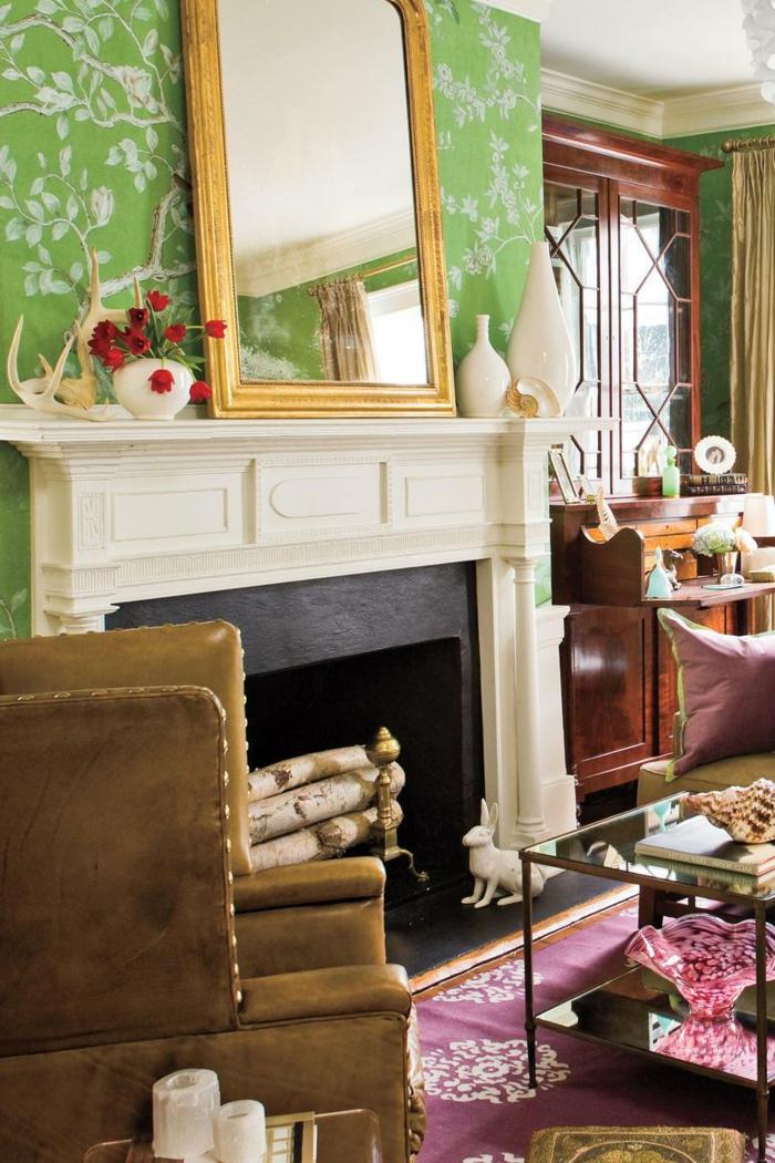 como decorar una chimenea de leña, imágines de salones decorados en estilo vintage, precioso espejo dorado apoyado en la pared