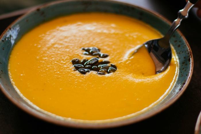 como hacer una sopa de calabaza con nata, recetas con calabaza fáciles y ricas, sopa adornada