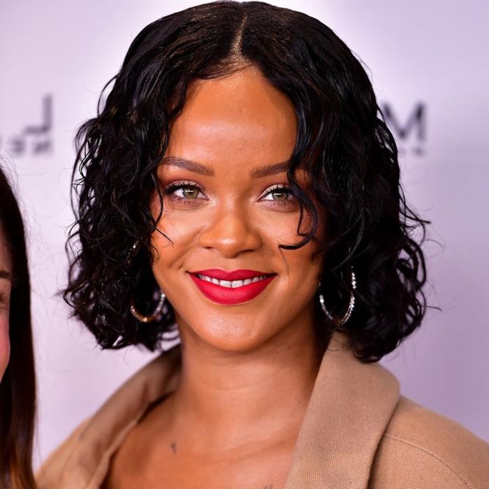 Rihanna con media melena rizada en cataño negro, cortes de pelo mujer segun rostro de la alfombra roja