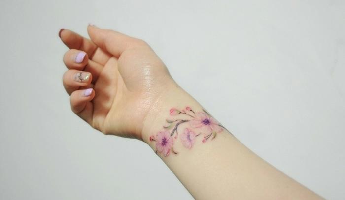 precioso tatuaje en la muñeca con flores, diseños elegantes y femeninos mujer, tatuajes en el antebrazo