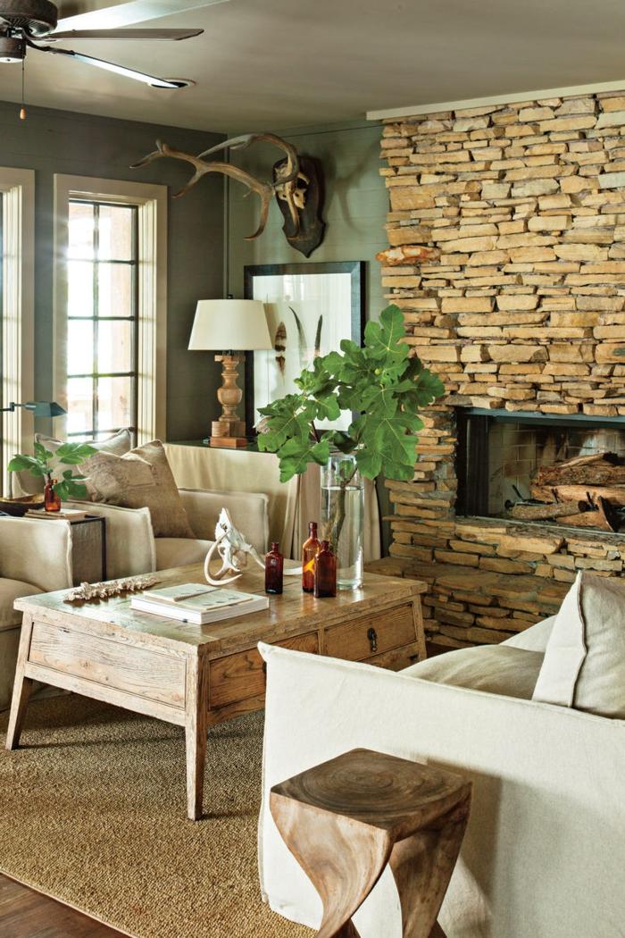 salón rústico decorado con mucho encanto, como decorar una chimenea de leña, decoración en colores terrestres y plantas verdes