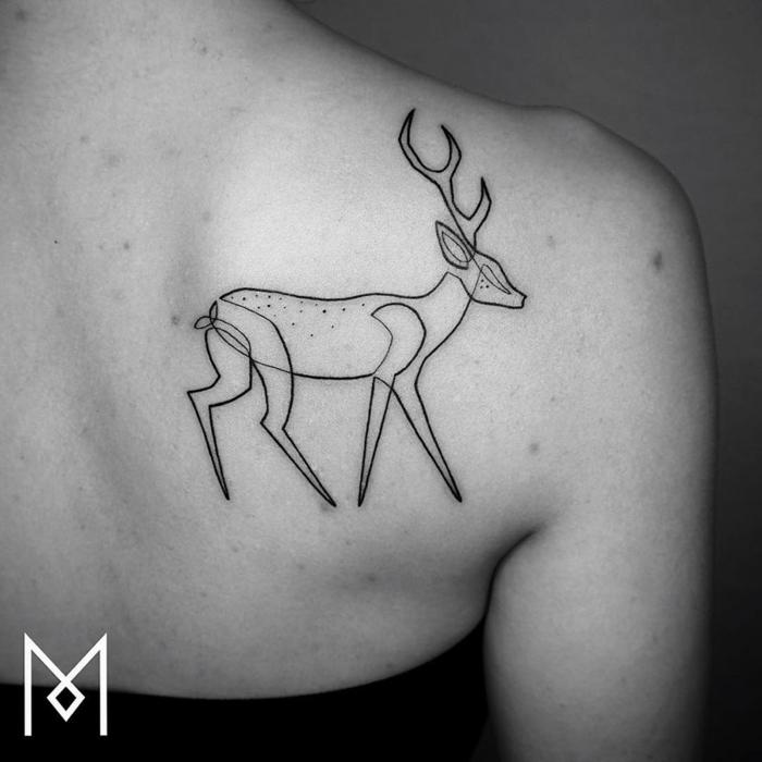 los mejores tatuajes con una sola línea contínua, ciervo elegante tatuado en la espalda, tattoos para hombres y mujeres