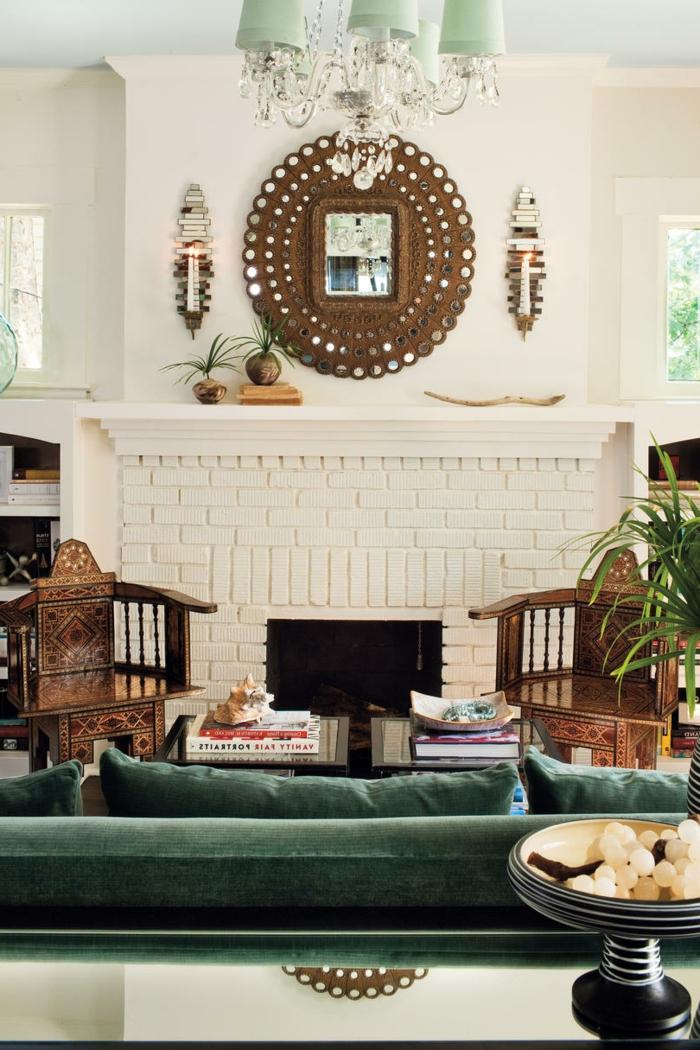 precioso salón decorado en estilo vintage con muebles de madera y decoración en verde, ejemplos sobre como decorar una chimenea