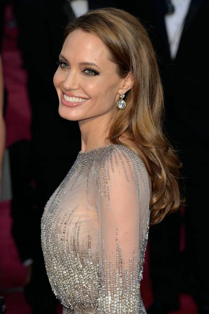 cortes de pelo media melena cara redonda o cuadrada, Angelina Jolie luciendo una melena color avellana