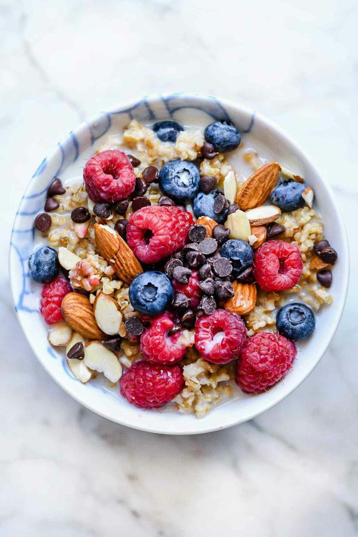 porridge receta rápido y fácil, ideas de desayunos ricos y nutritivos llenos de vitamines, porridge con frambuesas, almendras y arándanos