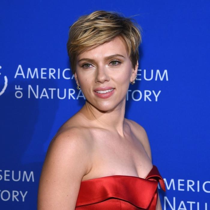 corte de pelo corto con flequillo a lado, cortes de pelo 2018, Scarlett Johansson con una apariencia elegante