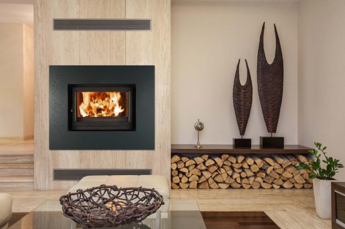 cómo decorar una chimenea en un salón moderno con decoración minimalista, detalles en beige y marrón