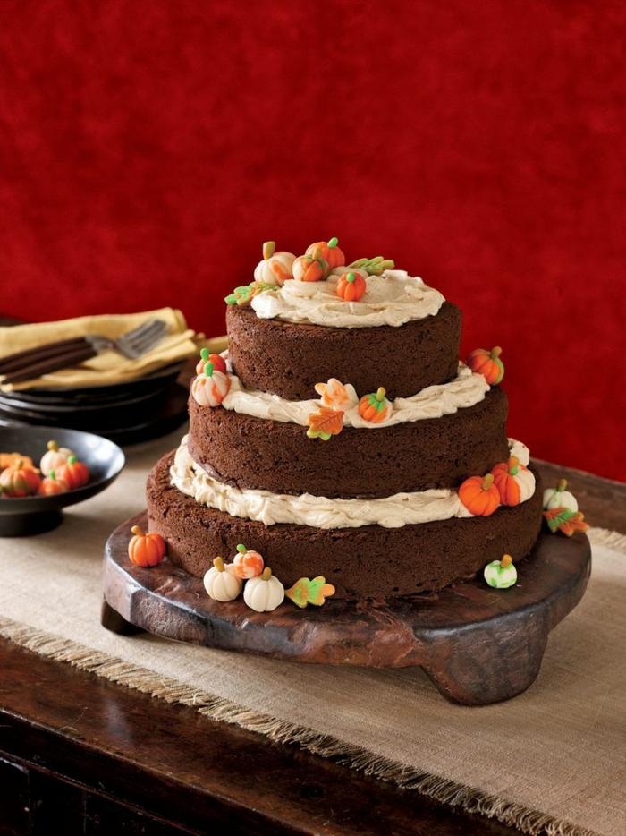 tarta de calabaza con chocolate decorada con mini calabazas de azúcar, ideas de postres para el otoño