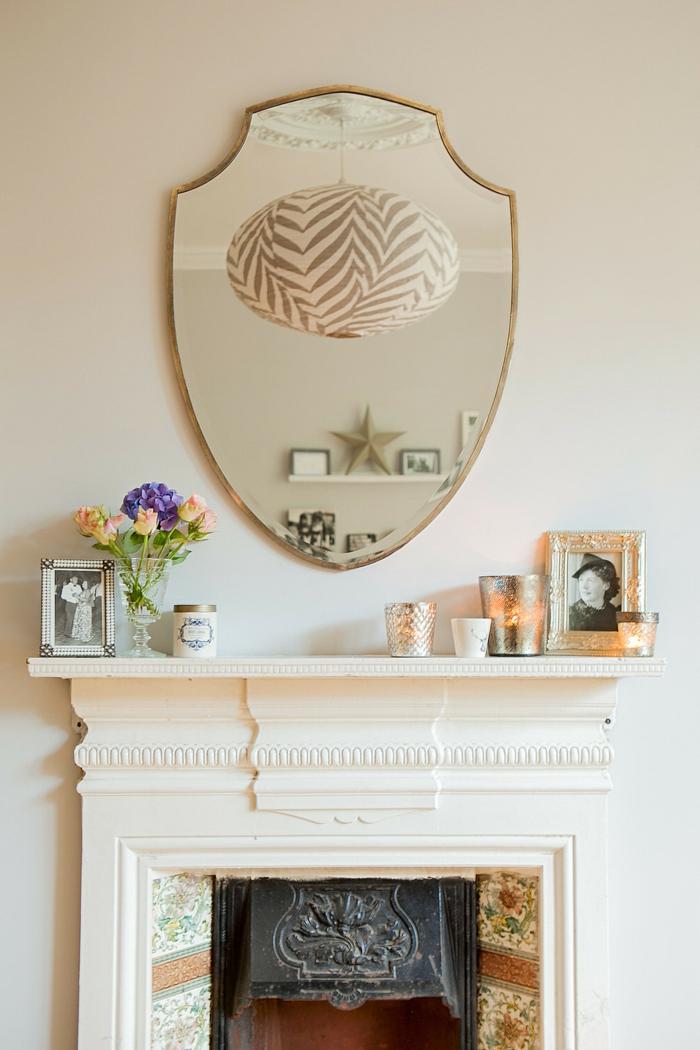 preciosos detalles decorativos, ideas super originales sobre cómo decorar una chimenea