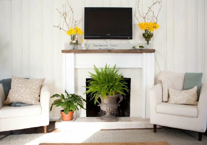 salones modernos con chimenea, decoración de encanto con plantas verdes y flores, muebles en beige con cojines decorativos